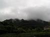 雲に包まれた山