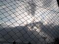 フェンスの向こうで雲が霽れてゆく