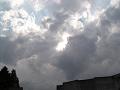 雲の塊を突き抜けて