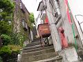 急で細い階段