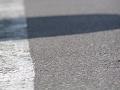 白線と陰のあるアスファルトの路面