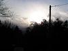 太陽は林の上の雲の中
