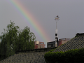 町の上に架かる虹