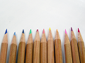 行儀良く並ぶ色鉛筆