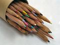 倒れた鉛筆立てから溢れ出す色鉛筆