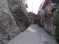石垣下の細い路