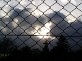 フェンスの向こう、放送塔の影