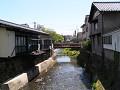 川辺の家並みと細い橋。
