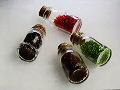 コルク栓がされた硝子瓶に詰められたガラスビーズ