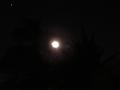 月は明るく、町は暗く