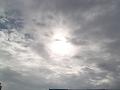 秋の太陽を覆う雲。