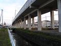新幹線の高架の下の川。