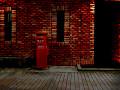 [煉瓦の建物と丸ポスト]夜(建物内部消灯)