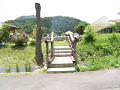 上りながら小川を渡る木橋。