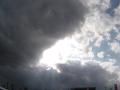 割れて行く黒雲