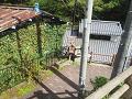 鹿教湯温泉:沢へ降りる下り坂の角(湯坂)