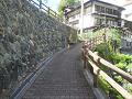 鹿教湯温泉:沢から上がる登り坂(湯坂)