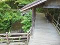 鹿教湯温泉:屋根付きの橋と沢(五台橋)