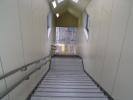 ホームに降りる階段