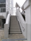 連絡通路へ上る階段