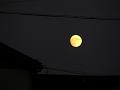 屋根の上の名月